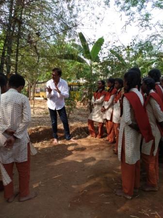 Mr Seolekar with kids at Isha Vidhya (2)